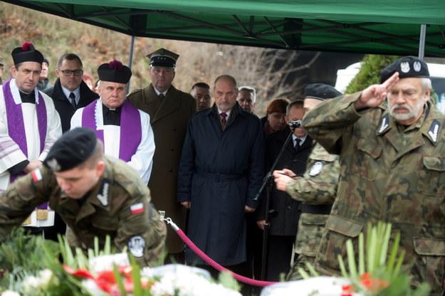 Antoni Macierewicz podczas ceremoniału pogrzebowego Teofila Jurka /Grzegorz Michałowski /PAP