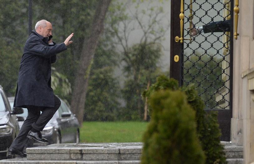 Antoni Macierewicz w drodze na naradę /Jacek Turczyk /PAP