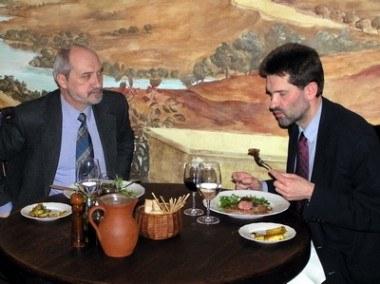 Antoni Macierewicz (z lewej) i Robert Smoleń podczas obiadu /INTERIA.PL