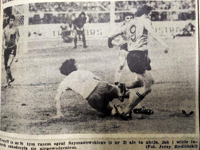 """Antoni Szymanowski (nr 2) powstrzymuje Johana Cruyffa w słynnym meczu we wrześniu 1975 roku. Fot. Jerzy Bydliński (""""Sport"""") /"""