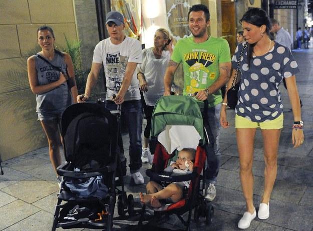 Antonio Cassano, Ignazio Abate i ich partnerki podczas spaceru ulicami Krakowa /INTERIA.PL/AFP/PAP