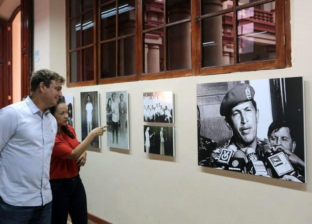 Antonio Castro na wystawie poświęconej swojemu ojcu /MIRAFLORES PRESS /PAP/EPA