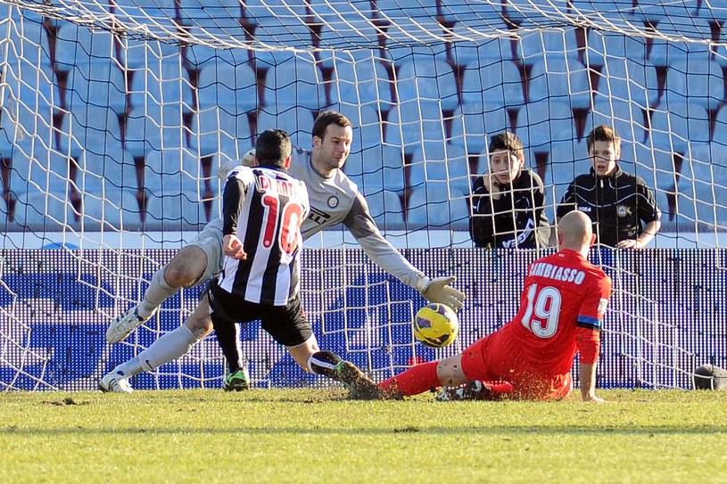 Antonio Di Natale strzela gola w meczu z Interem Mediolan /AFP