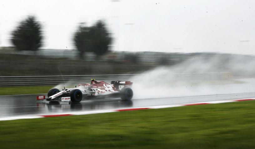 Antonio Giovinazzi w strugach deszczu /Kenan Asyali - Pool /Getty Images