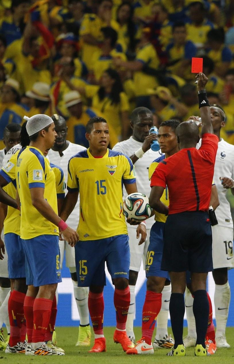 Antonio Valencia zobaczył czerwoną kartkę w meczu z Francją /PAP/EPA