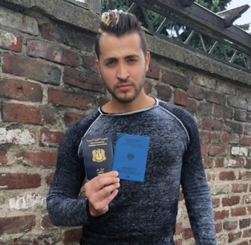 Antonio ze swoim niemieckim paszportem uchodźcy /East News