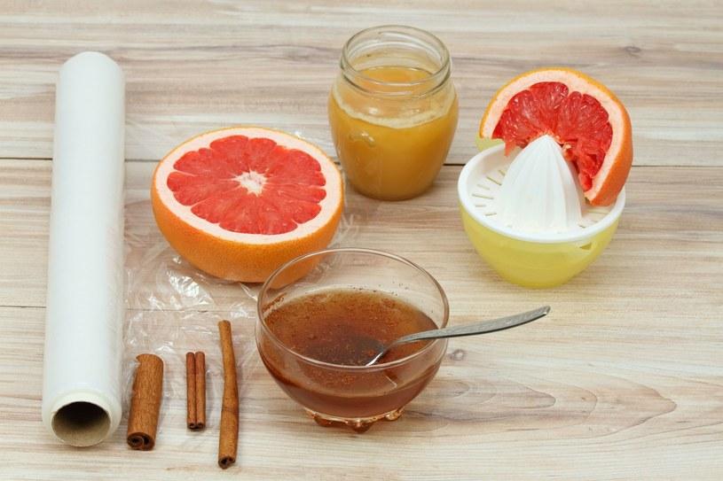Antygrypina to domowy syrop przygotowany z imbiru, miodu, kurkumy, grejpfrutów lub innych cytrusów /123RF/PICSEL