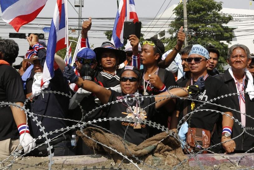 Antyrządowa manifestacja na zaporach przed siedzibą rządu /PAP