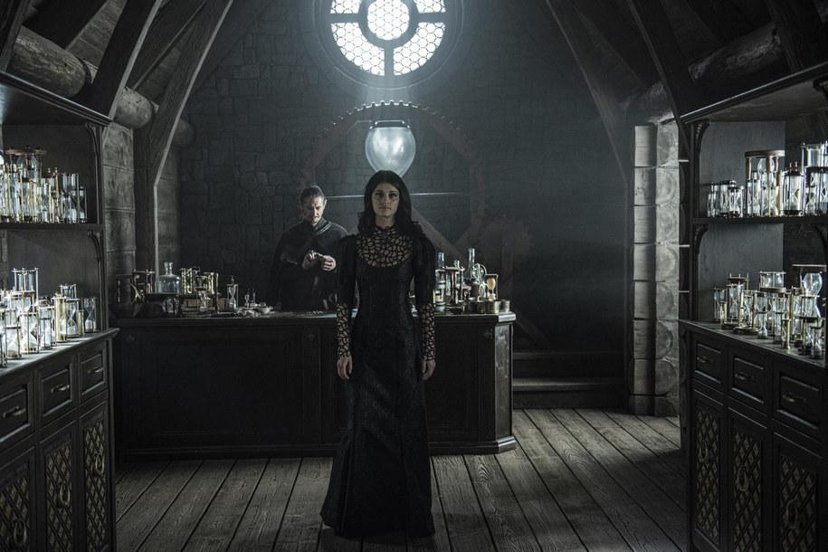 Anya Chalotra wcieli się w postać Yennefer /Netflix /Materiały prasowe