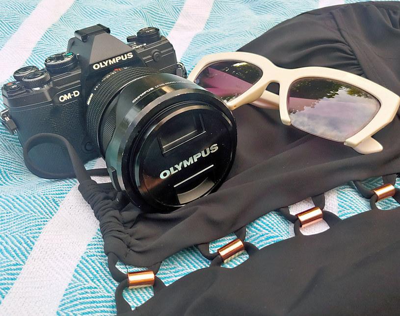 Aparat Olympus E-M5 Mark III z obiektywem M.Zuiko Digital ED 12‑40mm F2.8 PRO - zdjęcie zrobione aparatem z telefonu komórkowego /Styl.pl
