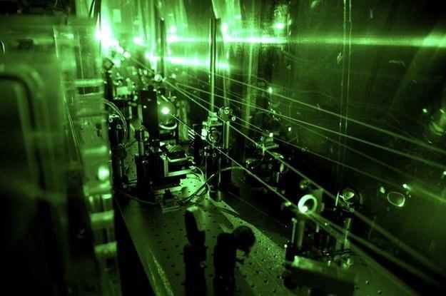 Aparatura laserowa wykorzystana do pomiaru rozmiarów protonu. Fot.  Paul-Scherrer-Institute /