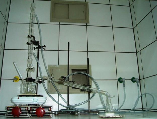 Aparatura, umożliwiająca wymianę protonową w monokryształach tlenków niobianu litu i tantalanu litu (fot. Uniwersytet śląski) /&nbsp