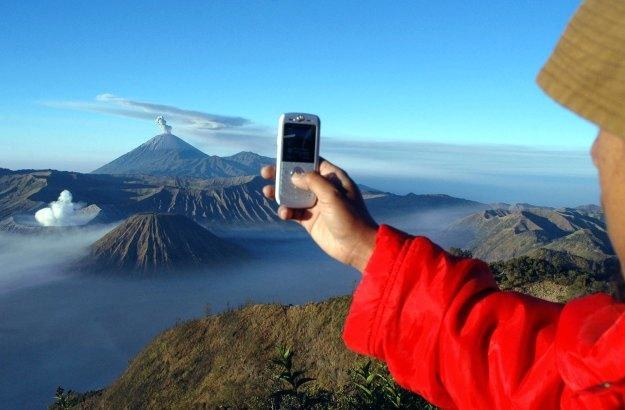 Aparaty w telefonach komórkowych stają się coraz doskonalsze i mogą zastąpić amatorskie kompakty /AFP