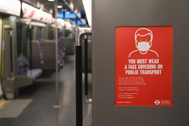 Apel o zakrywanie ust i nosa w transporcie publicznym. Lotnisko Heathrow w Wielkiej Brytanii /FACUNDO ARRIZABALAGA /PAP/EPA