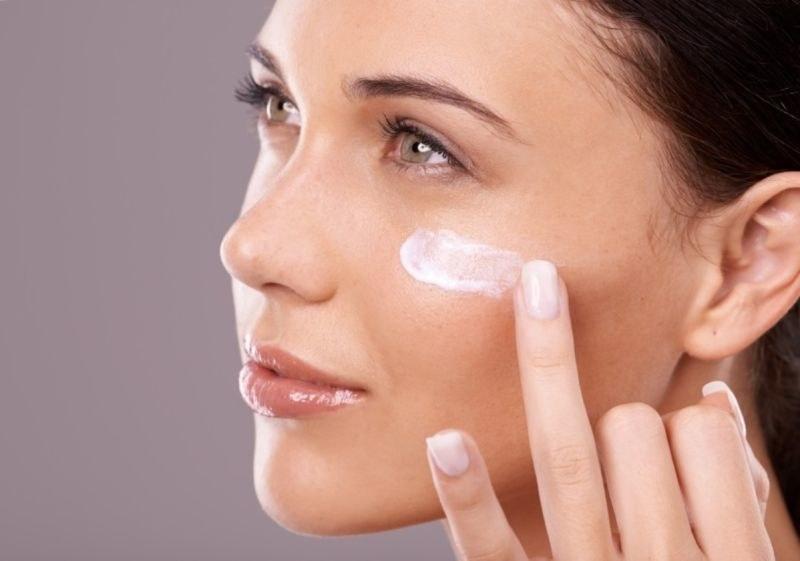 aplikacja kremu na twarz /© Photogenica