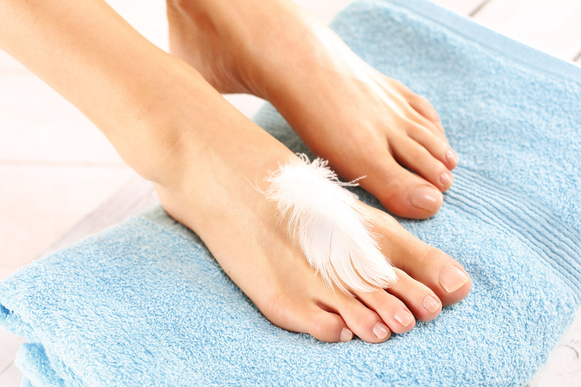 Aplikowanie preparatów do stóp jest gwarancją zachowania odpowiedniej elastyczności skóry /123RF/PICSEL