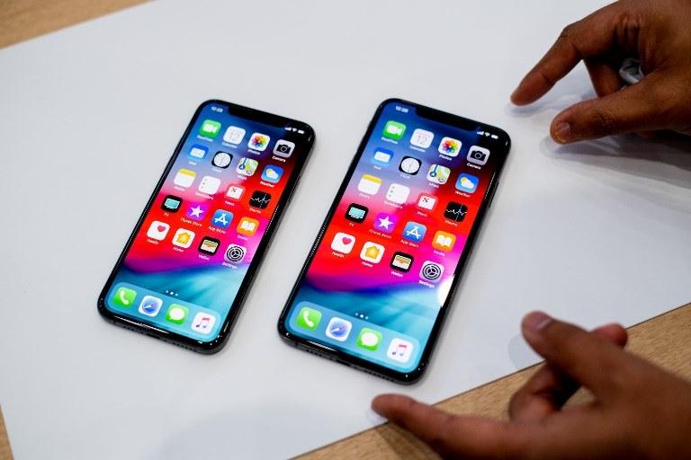 Apple dołącza słuchawki do modeli skierowanych na francuski rynek /AFP