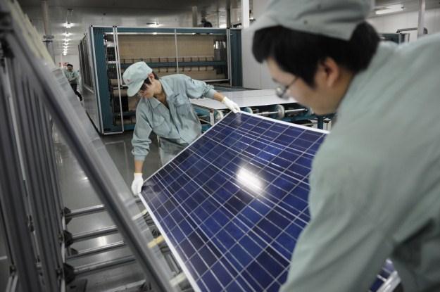 Apple inwestuje m.in. w energię słoneczną /AFP