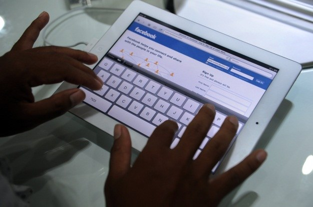Apple obiecuje lepszą integrację z Facebookiem /AFP