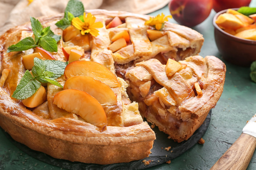 Apple pie with nectarines – szarlotka z nektarynkami /123RF/PICSEL