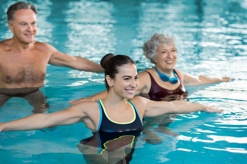 Aqua aerobik nie obciąża stawów i jest bezpieczny dla kręgosłupa /123RF/PICSEL