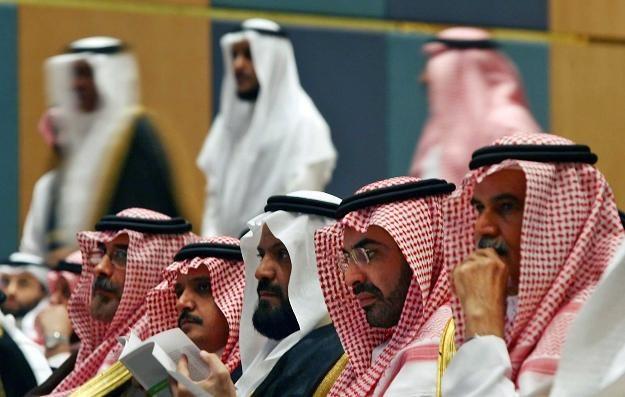 Arabia Saudyjska zamierza zwiększyć wydobycie ropy, żeby ceny spadły /AFP