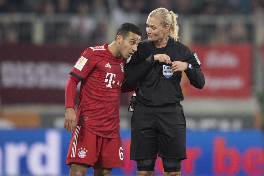 Arbiter Bibiana Steinhaus i gracz Bayernu Monachium Thiago w trakcie ligowego pojedynku Bawarczyków z ekipą FC Augsburg /ANDREAS SCHAAD /PAP/EPA
