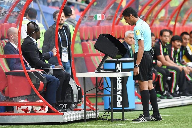 Arbiter korzysta z powtórki wideo podczas meczu Pucharu Konfederacji pomiędzy Meksykiem a Rosją /AFP
