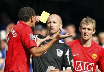 Arbiter Mike Riley pokazał piłkarzom ManU aż siedem żółtych kartek /AFP