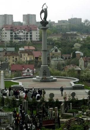Archanioł nad cmentarzem ukraińskich żołnierzy na Łyczakowie. Złośliwi mówią, że stoi tyłem do Orląt /East News