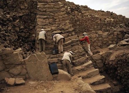 Archeolodzy na ruinach peruwiańskich piramid /AFP