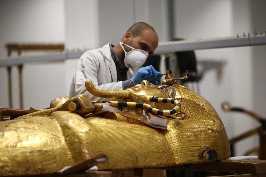 Archeolodzy pracujący w Gizie /Photoshot    /PAP/Photoshot