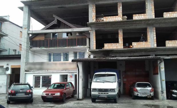 Architektoniczny bubel, czyli domek w bloku, wciąż straszy w Krakowie