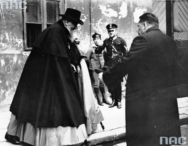 Arcybiskup lwowski obrządku greckokatolickiego Andrzej Szeptycki w drodze do Belwederu /Z archiwum Narodowego Archiwum Cyfrowego