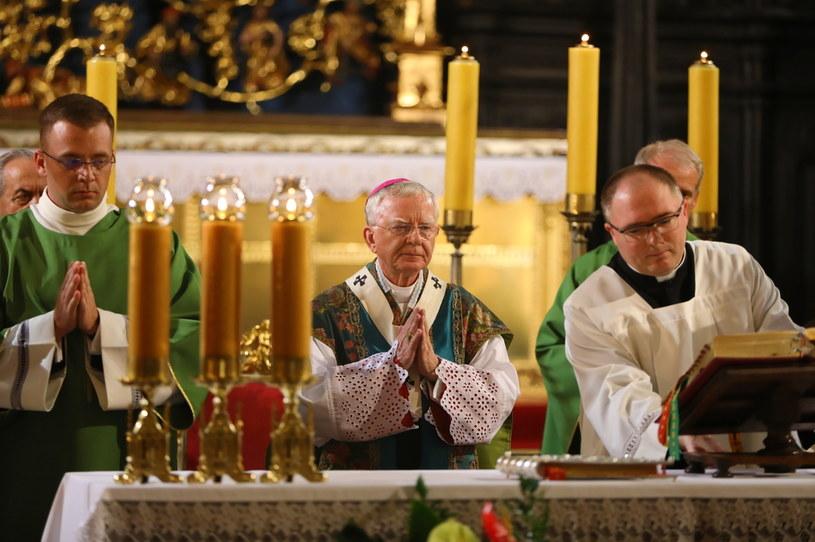 Arcybiskup Marek Jędraszewski (C) przewodniczy mszy świętej w bazylice Mariackiej w Krakowie /Art Service /PAP