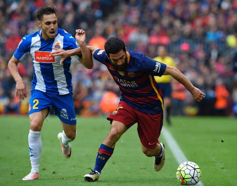Arda Turan (z piłką) w barwach Barcelony /AFP