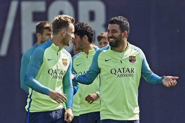 Arda Turan (z prawej) podczas treningu w FC Barcelona /Alejandro Garcia /PAP/EPA