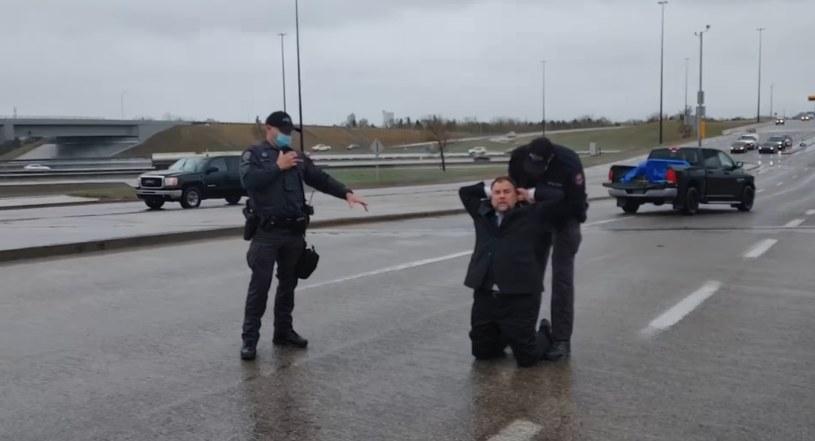 Aresztowanie duchownego (źródło: facebook.com/ArturPawlowskifromCalgary) /