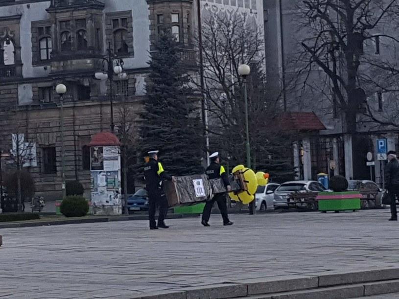 """""""Aresztowanie"""" Pomnika Czystości Narodu w Legnicy/fot. Aktywna Legnica/Żółta Inicjatywa /facebook.com"""