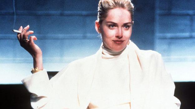 """Aresztuje mnie pan za palenie? - Sharon Stone w kultowej scenie z """"Nagiego instynktu"""" /East News"""