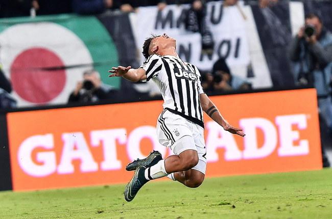 Argentyńczyk Paulo Dybala cieszy się z gola dla Juventusu /PAP/EPA