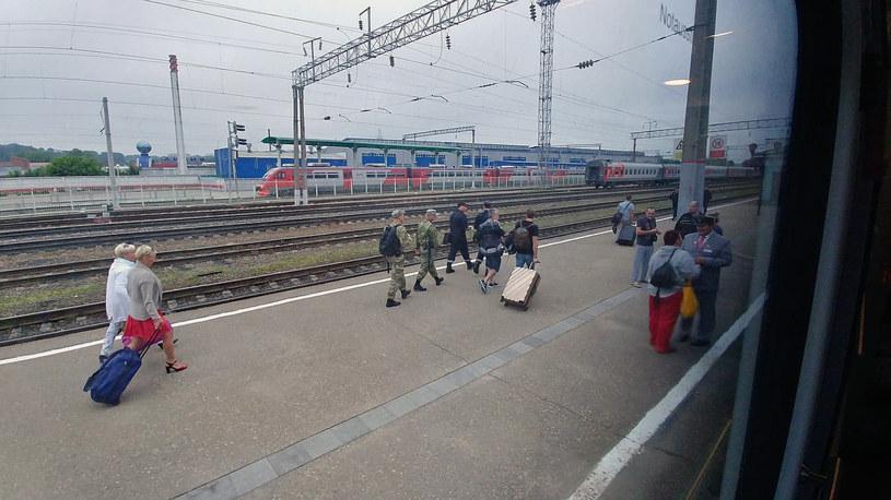 Argentyńczyk wyprowadzany przez służby na stacji w Smoleńsku /Rafał Walerowski /INTERIA.PL