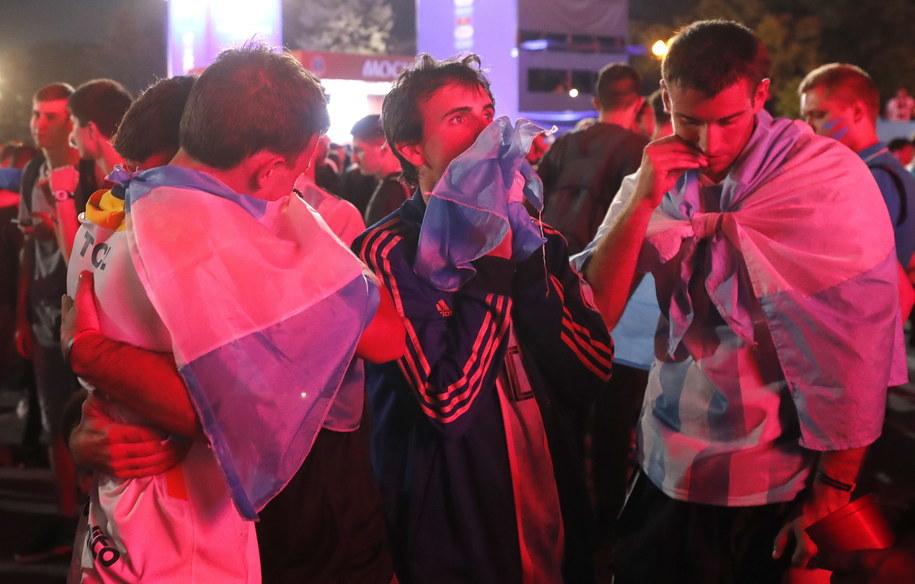 Argentyńscy kibice po przegranej z Chorwacją 0:3 /MAXIM SHIPENKOV    /PAP/EPA