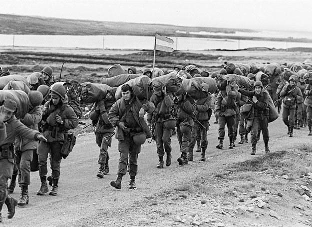 Argentyńscy żołnierze uzupełniają zapasy po kolejnej bitwie z Brytyjczykami /AFP