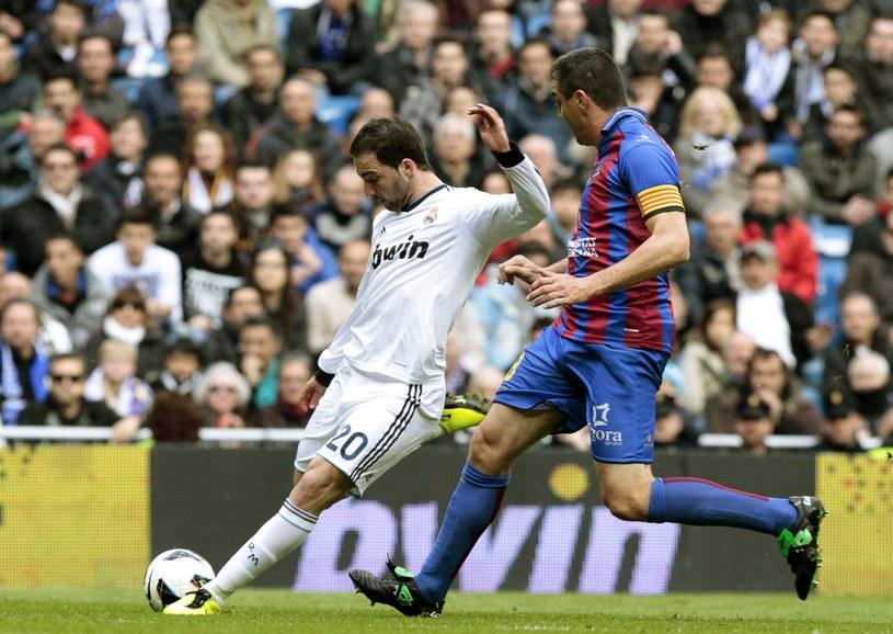 Argentyński napastnik Realu Gonzalo Higuain (z lewej) i piłkarz Levante Martinez Ballesteros /PAP/EPA