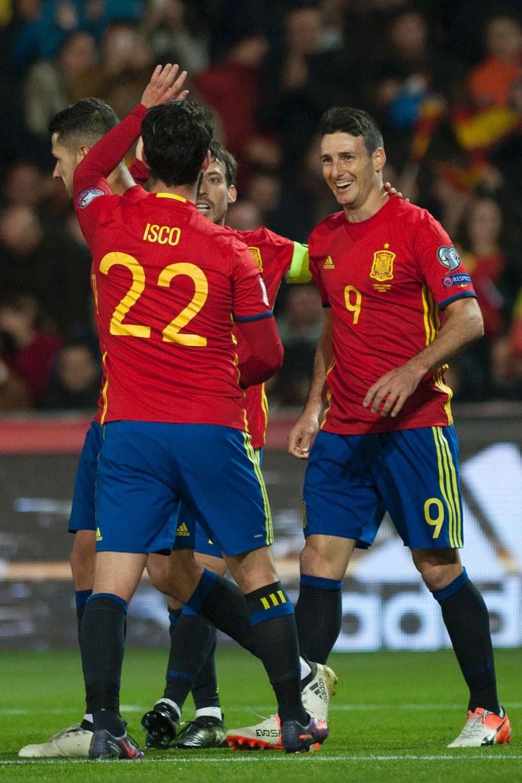 Aritz Aduriz (pierwszy z prawej) podczas historycznego meczu z Macedonią /AFP
