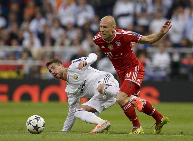 Arjen Robben i Sergio Ramos podczas środowego meczu /AFP