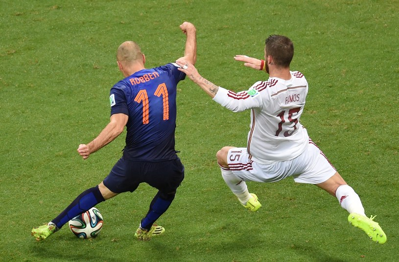 Arjen Robben i spóźniony Sergio Ramos /AFP