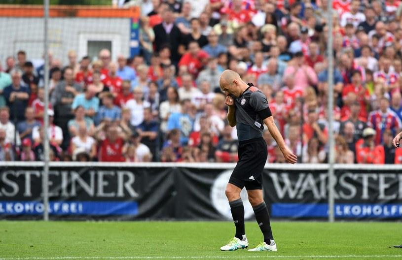 Arjen Robben opuszcza murawę podczas meczu z SV Lippstadt /AFP
