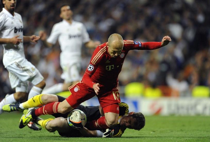 Arjen Robben w ataku na barmkę Ikera Casillasa (Real) /AFP
